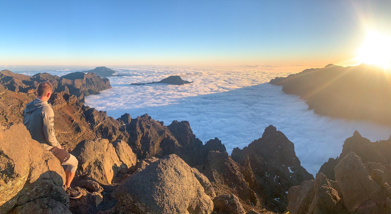 la puesta de sol y el mar de nubes